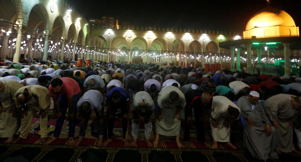 مصريون خلال صلاة التراويح في مسجد عمر بن العاص في القاهرة، مصر 21 مايو/ أيار 2018