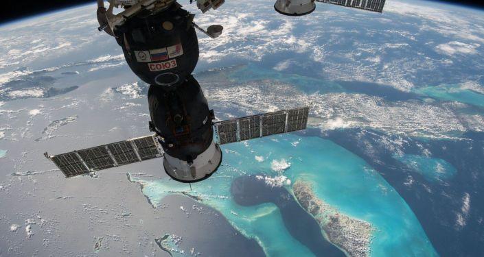 مشهد من محطة الفضاء الدولية يطل على المركبة الفضائية الروسية سويوز