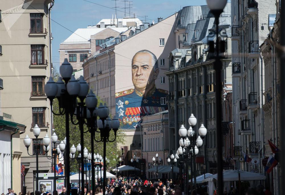 رسم غرافيتي للمارشال جورجي جوكوف في منطقة أرباط القديمة، تم رسمها بمناسبة الذكرى السبعين للإنتصار في الحرب الوطنية العظمى