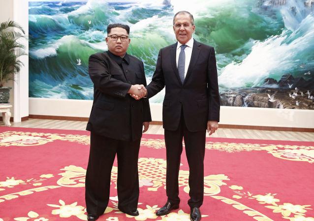 وزير الخارجية الروسي سيرغي لافروف، أثناء زيارته إلى بيونغ يانغ، مع زعيم كوريا الشمالية كيم جونغ أون، 1 يونيو/ حزيران 2018