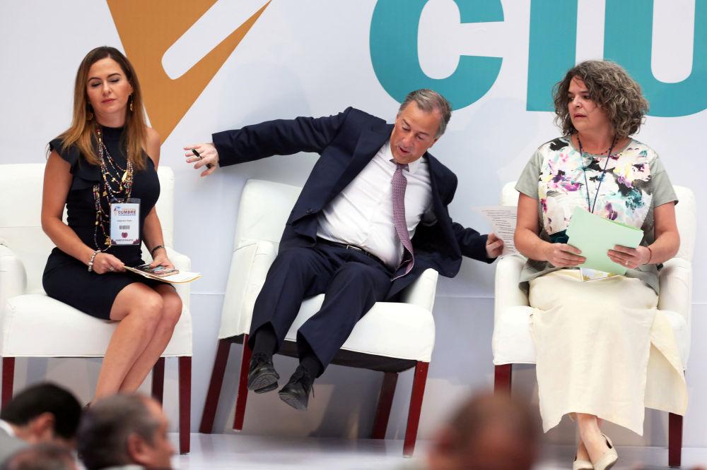 رد فعل خوسيه أنطونيو ميد، المرشح الرئاسي للحزب الثوري، أثناء السقوط عن كرسيه بعد وصوله إلى اجتماع مع المواطنين في مكسيكو سيتي، المكسيك في 29 مايو/ أيار 2018