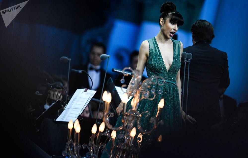 مغنية الأوبرا فالنتينا نافورنيتسا خلال حفل الموسيقى الكلاسيكية على ساحة دفورتسوفايا كجزء من الاحتفالات باسم حاكم سان بطرسبرغ بمناسبة انلاطق منتدى سان بطرسبورغ الاقتصادي الدولي