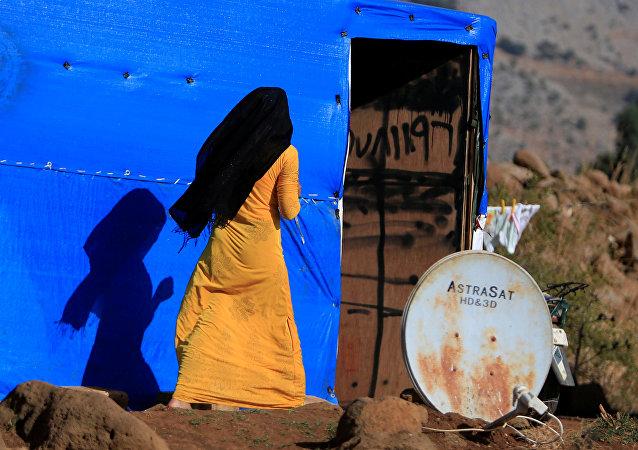 نازحة سورية بالقرب من مخيم للنازحين في مرجعيون اللبنانية