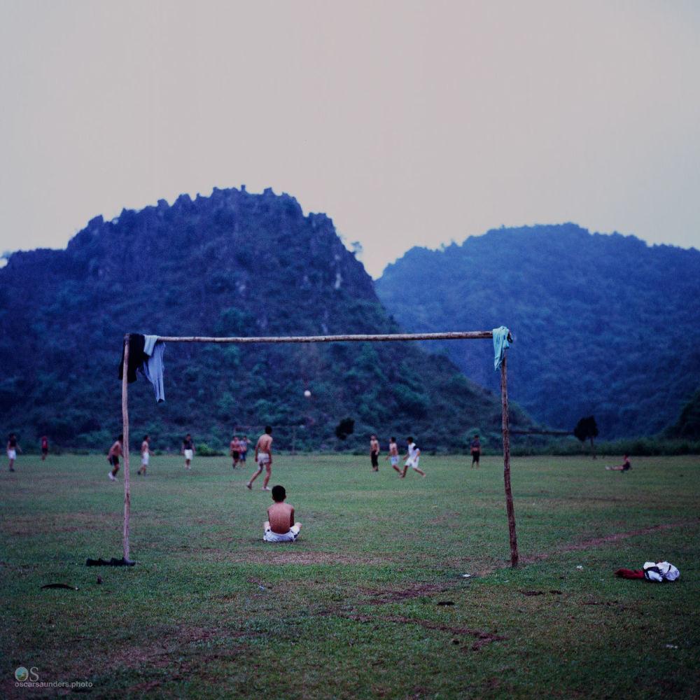 أثناء اللعب بكرة القدم في فييتنام