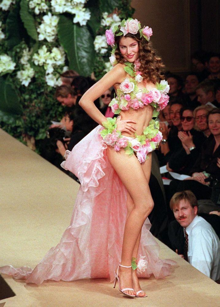 عارضة الأزياء الفرنسية ليتيسيا كاستا أثناء عرض أزياء إيف سان لورين مجموعة ربيع/ صيف 1999 في باريس، فرنسا 20 يناير/ كانون الثاني 1999