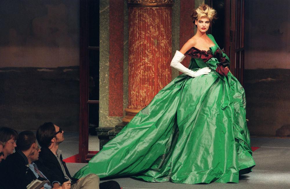 عارضة الأزياء ليندا يفانغيليستا ترتدي زيا من تصميم المصممة البريطانية فيفيان ويستوود في باريس، 16 أكتوبر/ تشرين الأول 1995