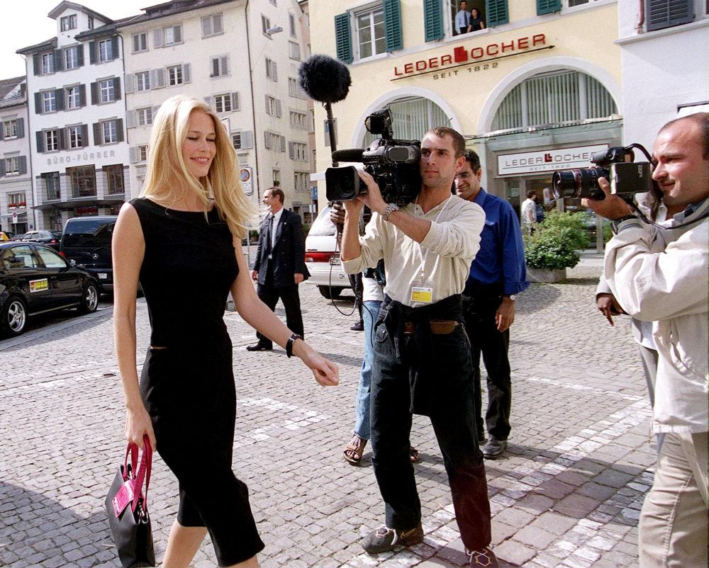 عارضة الأزياء الألمانية كلوديا شيفر في وسط مدينة زيورخ، سويسرا 5 يوليو/ تموز 2000