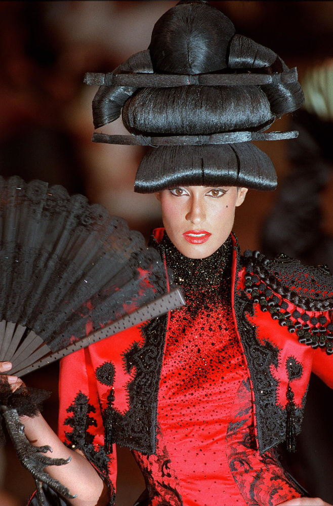 عارضة الأزياء الكندية ياسمين غوري أثناء عرض أزياء خريف/ شتاء 1997/98 في باريس، 7 يوليو/ تموز 1997