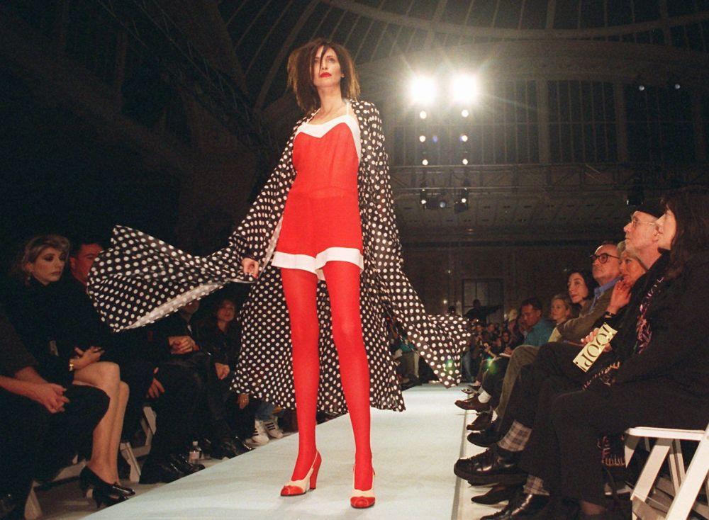 عارضة الأزياء ناديا أويرمان في عرض JOOP! للأزياء في مجموعة الربيع 1995، نيويورك 29 أكتوبر/ تشرين الأول 1995