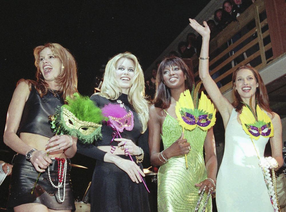 عارضات الأزياء من اليسار إلى اليمين: إيل ماكفرسون، كلوديا شيفر، ناعومي كامبل، كريستي تارلينغتون خلال مراسم افتتاح Fashion Cafe في نيو أورليانز، 17 فبراير/ شباط 1996