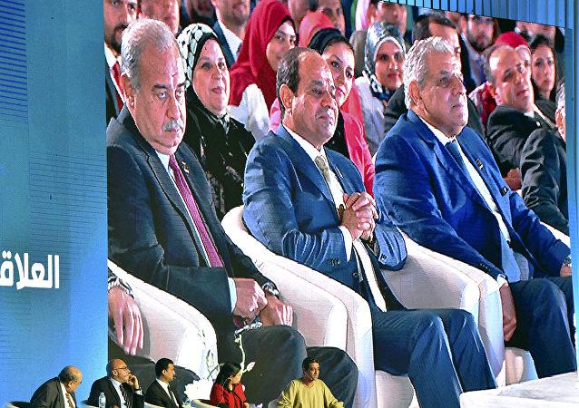 شريف إسماعيل يجلس بجوار الرئيس المصري عبد الفتاح السيسي