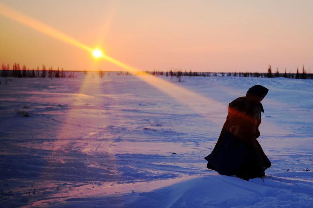 إمرأة تمشي في ملعب من الثلج بمنطقة يامال-نينيتس الروسية