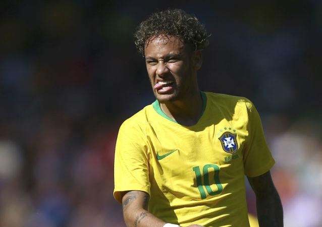 لاعب كرة القدم البرازيلي نيمار، براتب 90 مليون دولار
