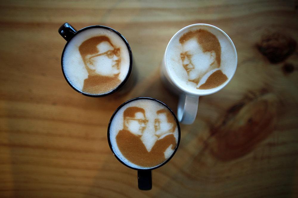 صورة الزعيم الكوري الشمالي كيم جونج أون على مشروب قهوة في مقهى إن آند أوت بمدينة جونجو وسط كوريا الجنوبية