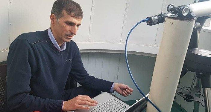 باحث فلكي مع تلسكوب لكشف هلال رمضان
