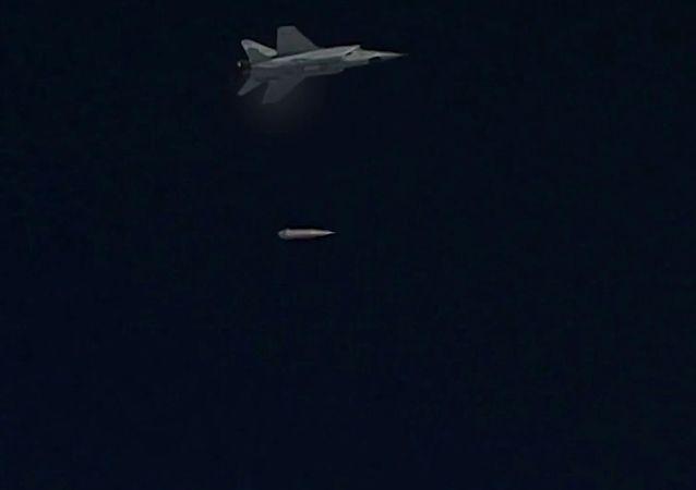 طائرة ميغ-31 تطلق صاروخ كينجال