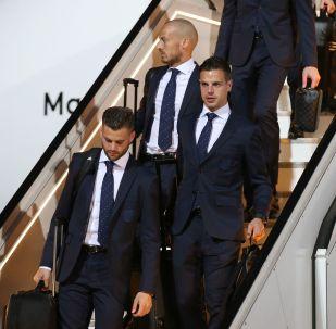 وصول المنتخب الإسباني إلى كراسنودار، روسيا - كأس العالم لكرة القدم 2018 - اللاعبين من اليسار إلى اليمين: ناتشو، ودافيد سيلفا، وسيسار أسبيليكويتا