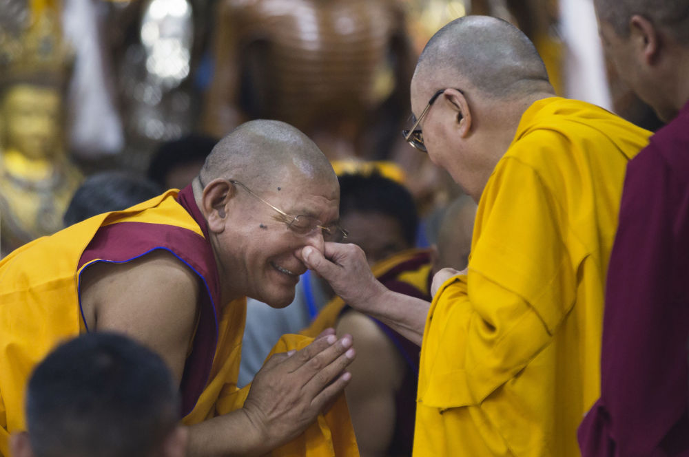 الزعيم الروحي للتبت دالاي لاما يمسك أحد الرهبان من أنفه لدى وصوله لإجراء محادثة مع شباب التبت في دهارمسالا، الهند 7 يونيو/ حزيران 2018