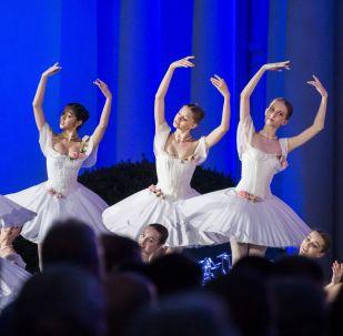 عرض راقصي الباليه في مهرجان فيليكوي روسكوي سلوفو (الكلمة الروسية العظيمة) الدولي الـ 22 في القرم