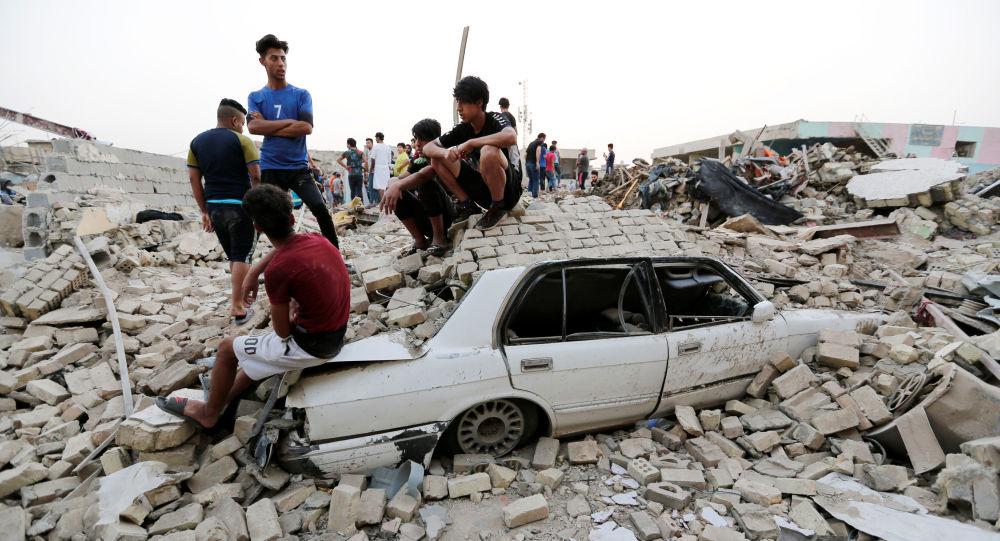 عراقيون يجتمعون في موقع الانفجار بحي مدينة الصدر، العراق 7 يونيو/ حزيران 2018