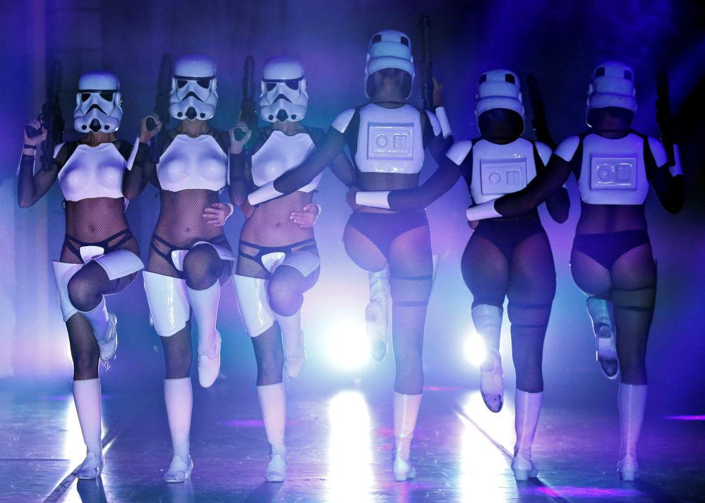 راقصون يرتدون أزياء من فيلم حرب النجوم في لوس أنجلوس، كاليفورنيا، الولايات المتحدة 1 يونيو/ حزيران 2018
