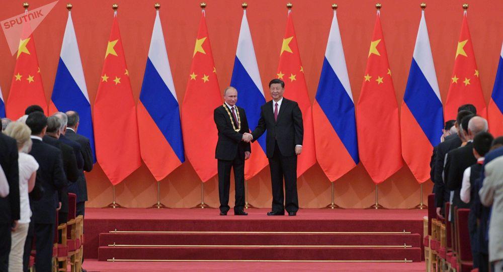الرئيس الروسي فلاديمير بوتين والرئيس الصيني شى جين بينغ خلال اللقاء في الصين