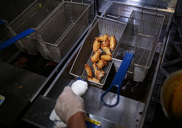 في مطعم Ainsworth بمدينة نيويورك تُقدّم أجنحة الدجاج الذهبية