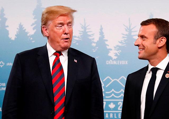 الرئيس الأمريكي دونالد ترامب والرئيس الريسي إيمانويل ماكرون في قمة السبع الكبار في كندا، يونيو/حزيران 2018