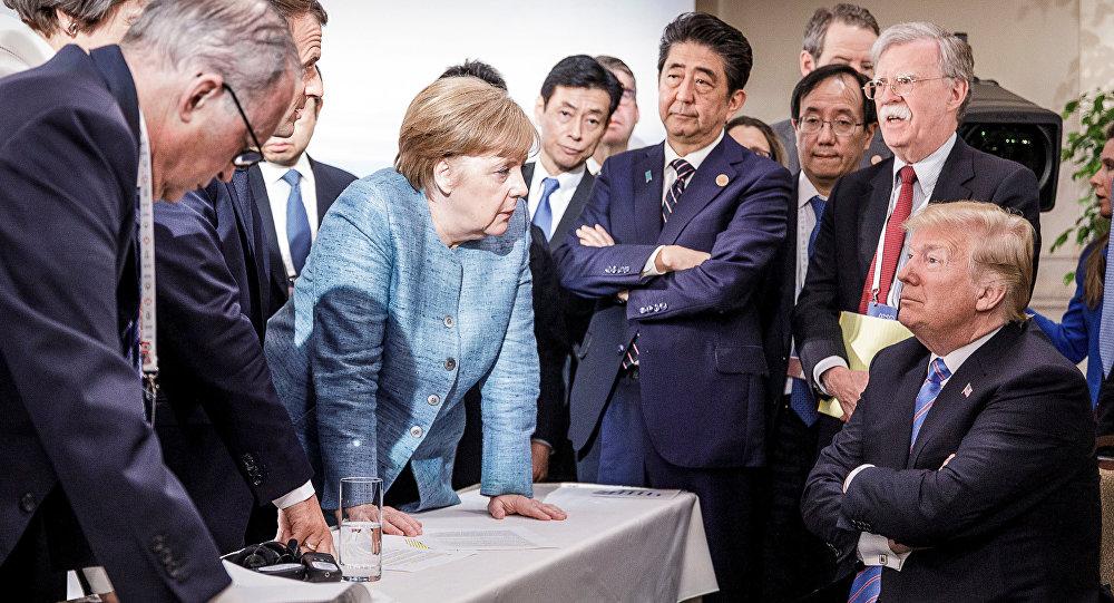 المستشارة الألمانية انغيلا ميركل وهي تقف أمام الرئيس الأمريكي دونالد ترامب