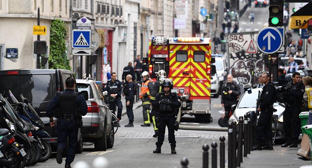 أحد ضباط الشرطة بالقرب من مكان احتجاز الرهائن في فرنسا