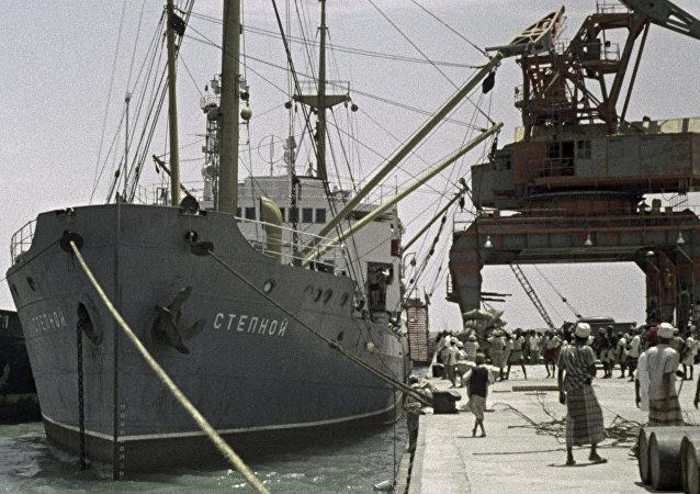 سفينة بميناء الحديدة اليمني
