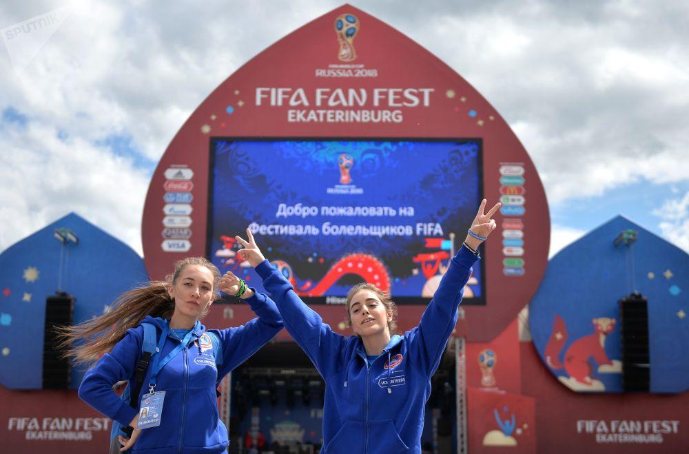 متطوعون خلال انطلاق مهرجان المشجعين لكأس العالم فيفا 2018 في روسيا، في حديقة ماياكوفسكي في يكاترينبورغ