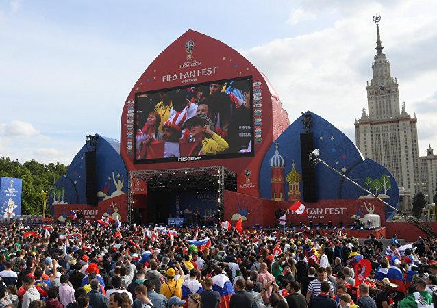 مشجعون يتابعون الافتتاح في أكبر منطقة للمشجعين في فوروبيوفي غوري بموسكو