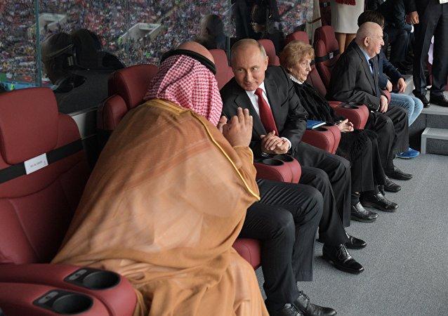 الرئيس الروسي فلاديمير بوتين وولي العهد محمد بن سلمان في مباراة افتتاح بطولة كأس العالم 2018