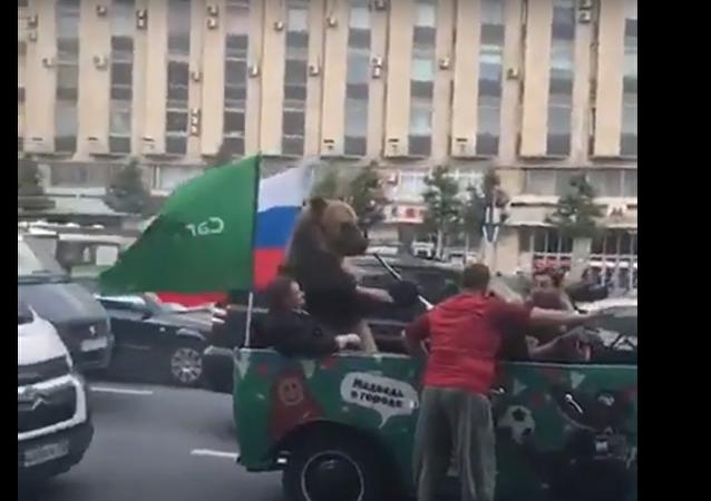 دب يهنئ المنتخب الروسي على طريقته الخاصة وسط موسكو