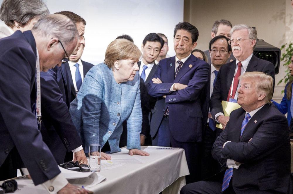 مستشارة ألمانيا أنجيلا ميركل خلال حديثها مع الرئيس الأمريكي دونالد ترامب في قمة مجموعة السبع الكبار في كيبيك، كندا 9 يونيو/ حزيران 2018