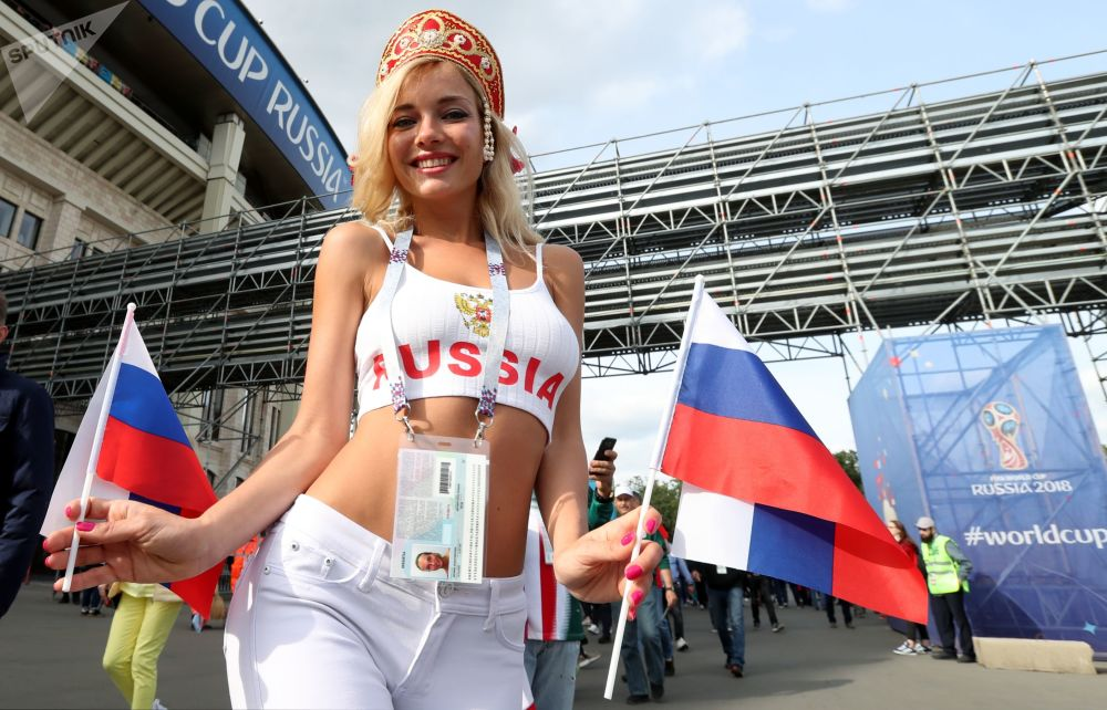 مشجعة المنتخب الروسي قبيل بدء المباراة الافتتاحية لبطولة كأس العالم فيفا روسيا 2018 في ملعب لوجنيكي بموسكو، روسيا 14 يونيو/ حزيران 2018