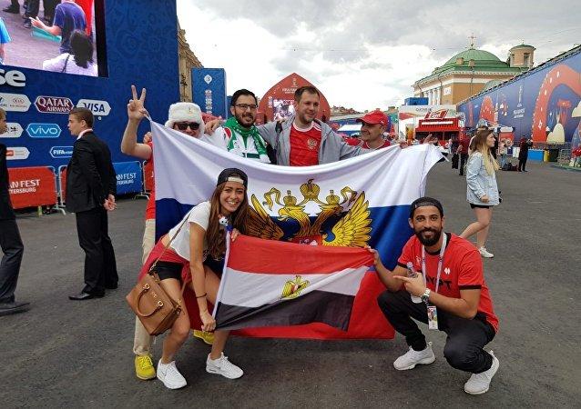 المشجعين المصريين مع الروس قبل بدء المباراة