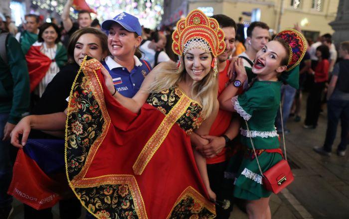 المشجعون الروس يفرحون بفوز في مباراة مرحلة المجموعات من كأس العالم 2018 بين الفريقين الروسي والمصري في شارع نيكولسكايا، موسكو