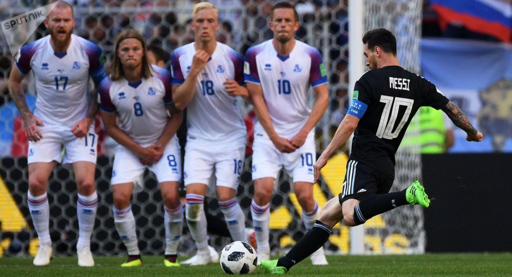 اللاعب الأرجنتيني ليونيل ميسي يسدد رمية حرة مباشرة ضد الفريق الأيسلندي