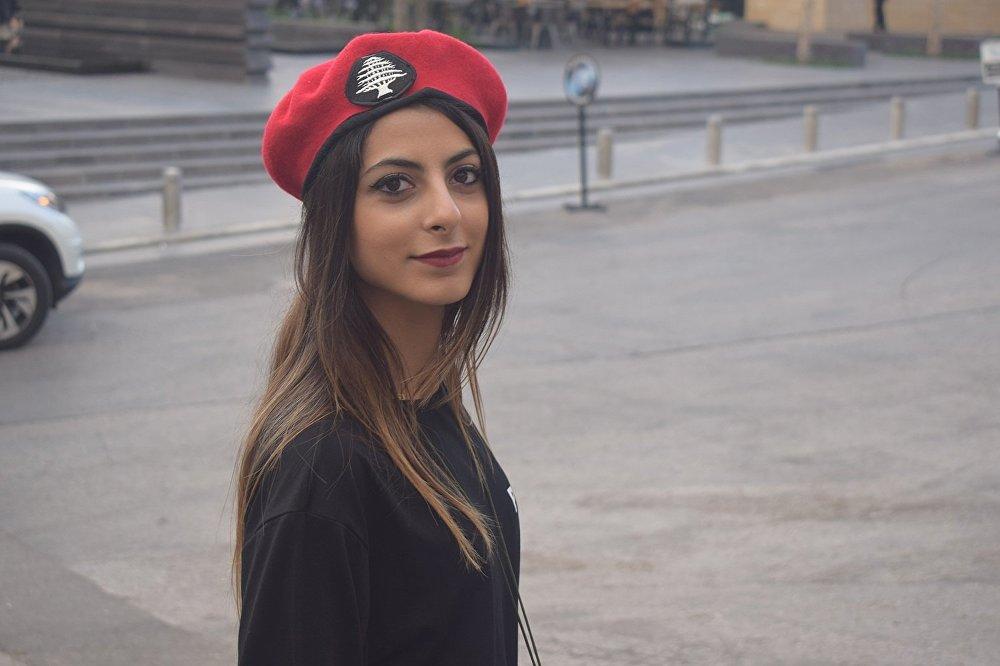 شرطية بلدية في لبنان تقوم بعملها بتنظيم المرور