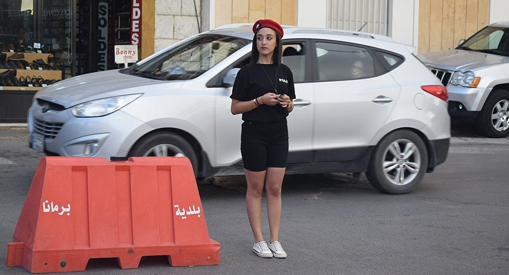 شرطية بلدية في برمانا اللبنانية خلال عملها في تنظيم حركة المرور