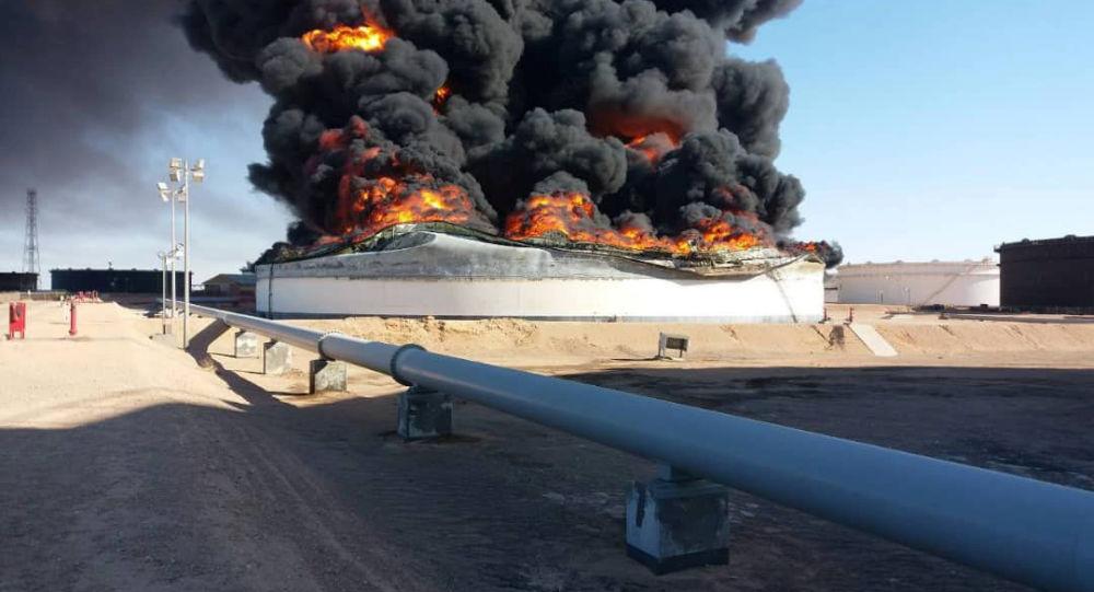 سحب دخانية ضخمة ناتجة عن احتراق خزانات للنفط في شركة رأس لانوف الليبية