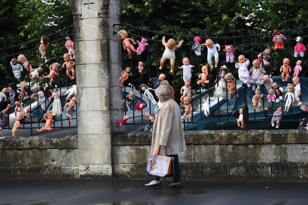 دمى على سياج في مدينة فيرزون الفرنسية كرمز للاحتجاج ضد تهديدات إغلاق جناح التوليد وتسريح الموظفين منه في مدينة فيرزون الفرنسية