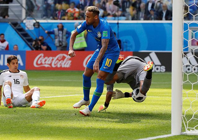 نافاس يتصدى لكرة الخاطئة من زميله مباراة البرازيل وكوستاريكا