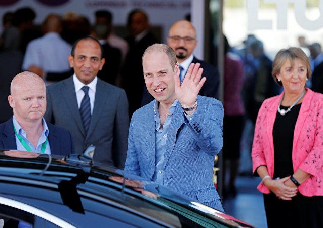 الأمير البريطاني وليام يلوح للصحفيين أثناء مغادرته كلية لومينوس التقنية الجامعية في العاصمة الأردنية عمان، 25 يونيو/حزيران 2018