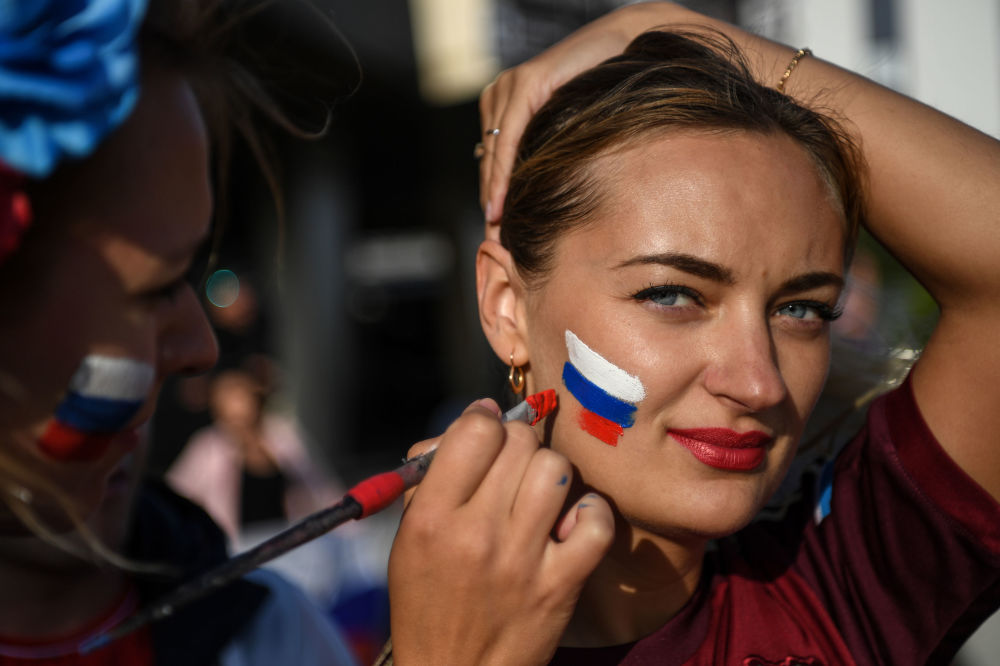 مشجعة روسية ترسم علم بلادها على خدها