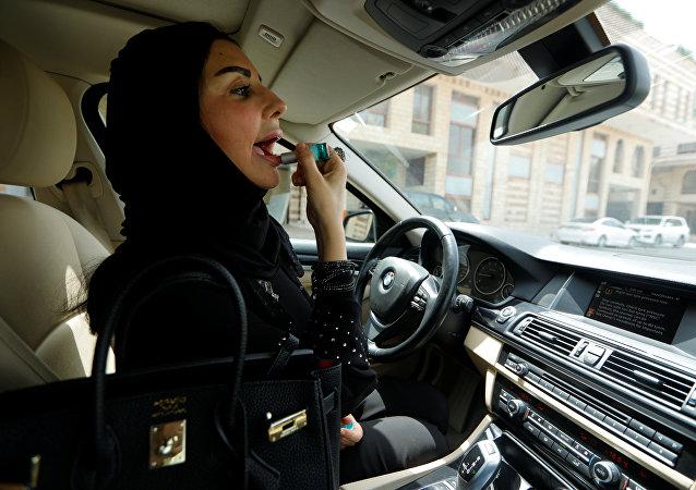 سعودية تتزين بداخل سيارتها