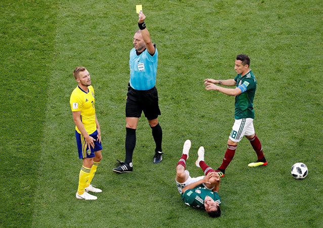 بطاقة صفراء للاعب السويدي سيباستيان لارسون