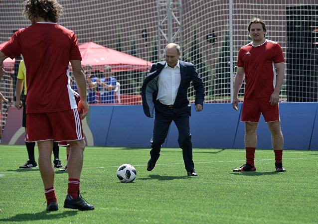 بوتين يسجل هدفا في حارس آلي